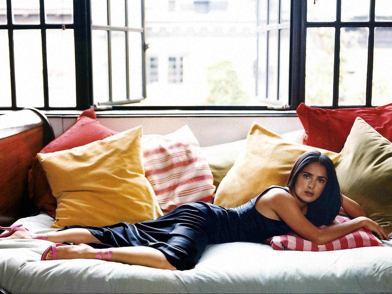 Фотография Сальма Хайек девушка Диван подушка Знаменитости Salma Hayek Девушки молодые женщины молодая женщина диване Подушки