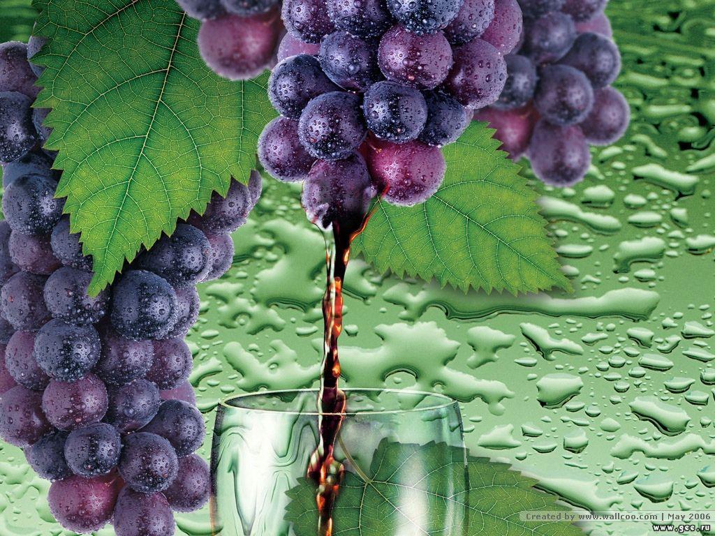 обои Виноградный сок льется в бокал из грозди винограда 1024x768.