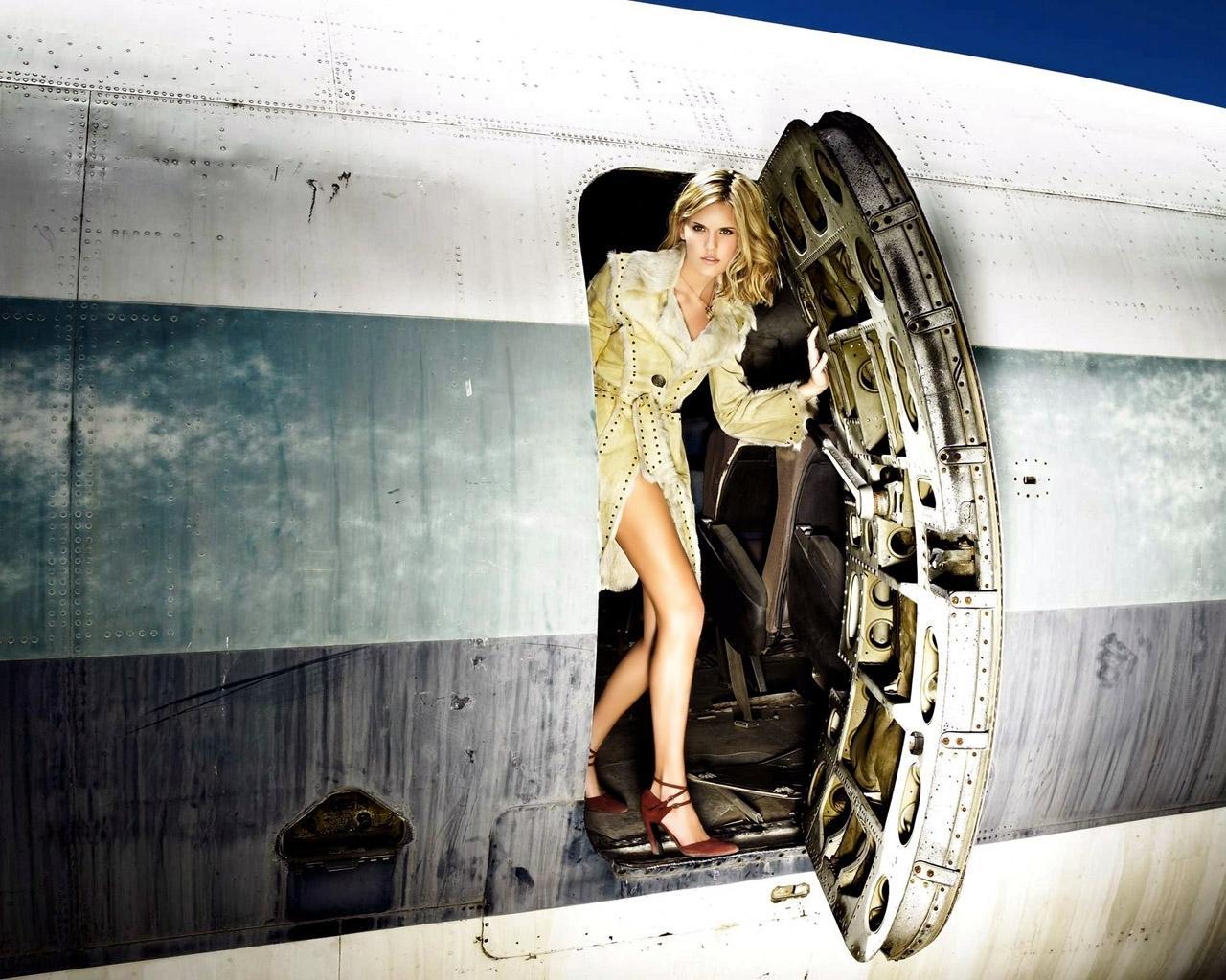Фото девушки женщины в самолете 24 фотография