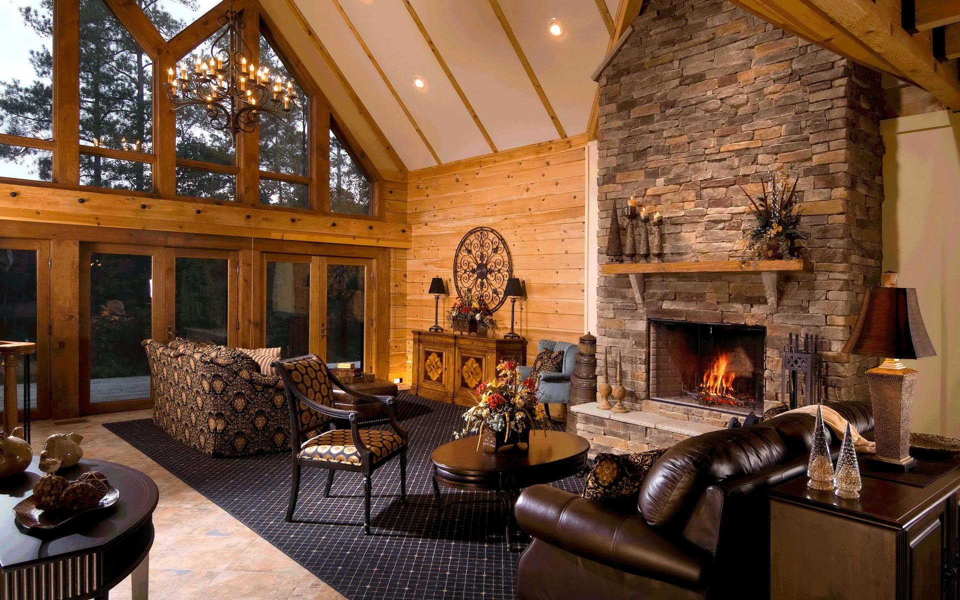 Интерьер гостиной в доме с камином