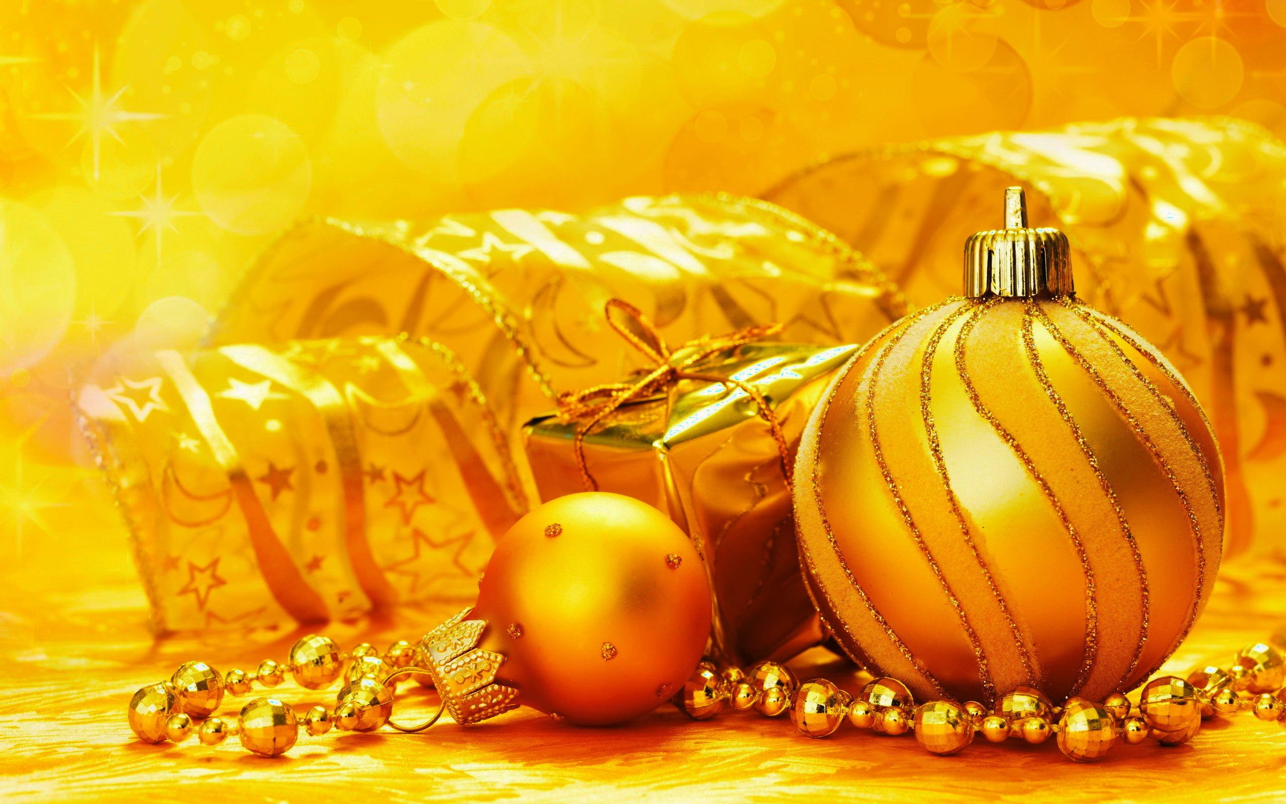 Подарок, елочные шары, новый год, лента, украшения, 2560x1600.