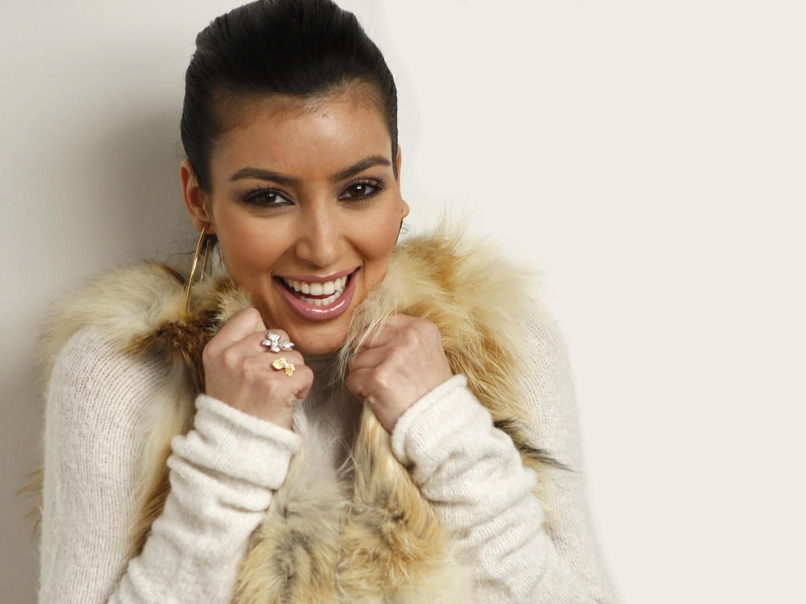 Девушка в меховых наушниках фото