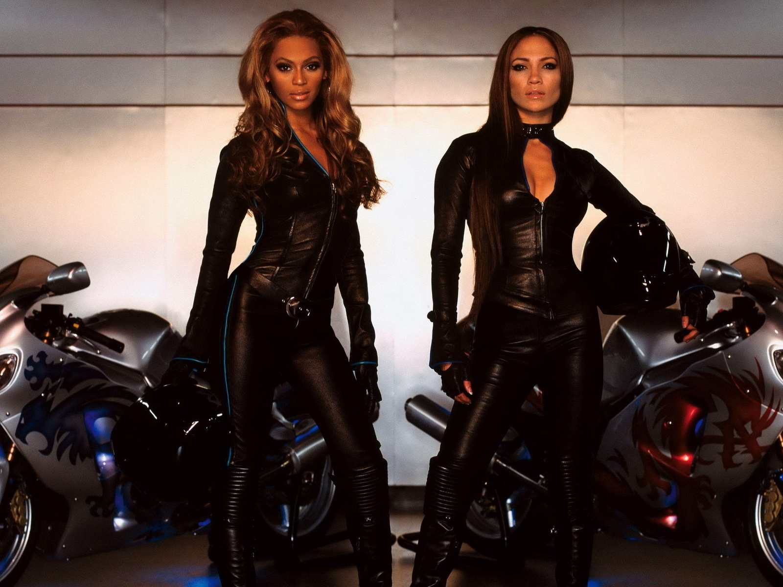 Две девушки в коже