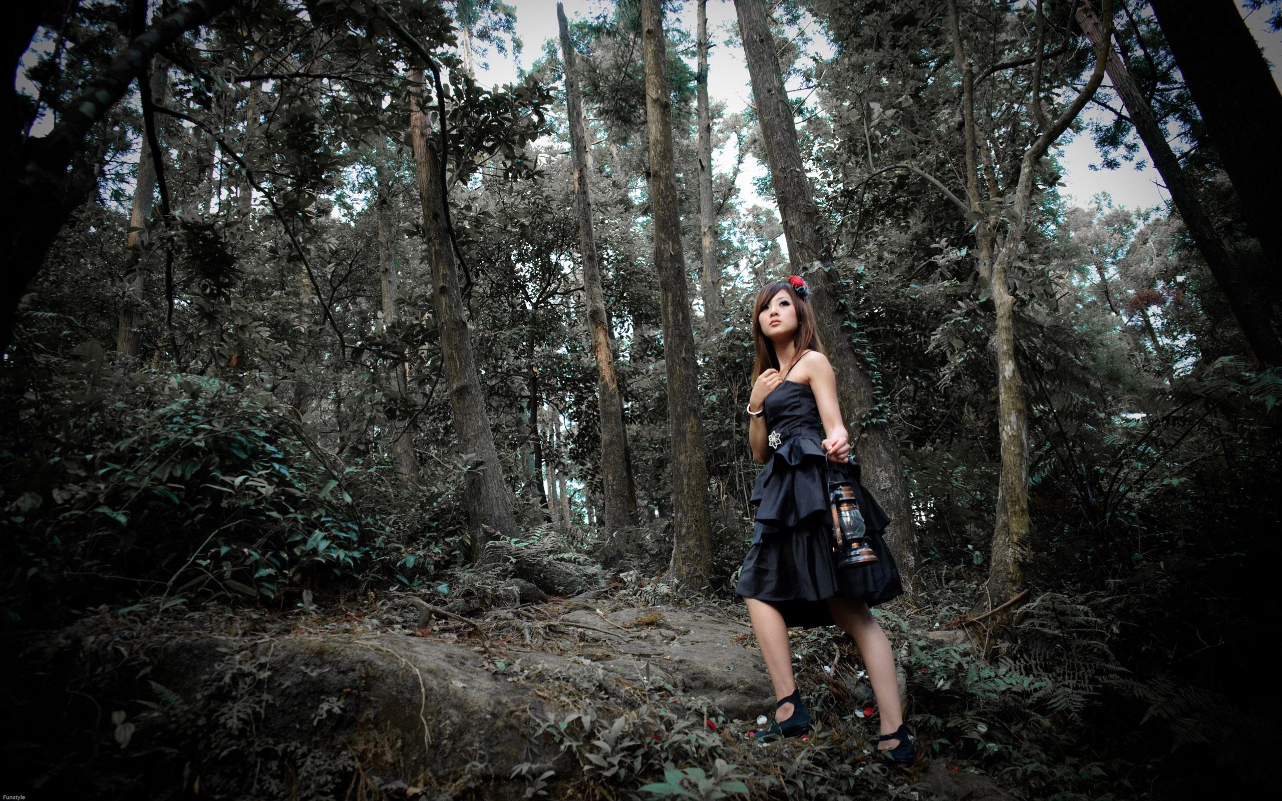 красивая фото девушка в лесу