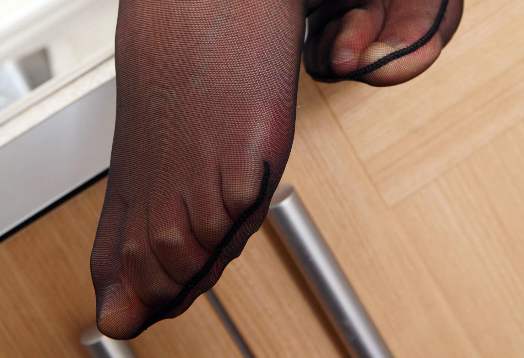 Фото пальчиков и ступней ног в чулках 2 фотография