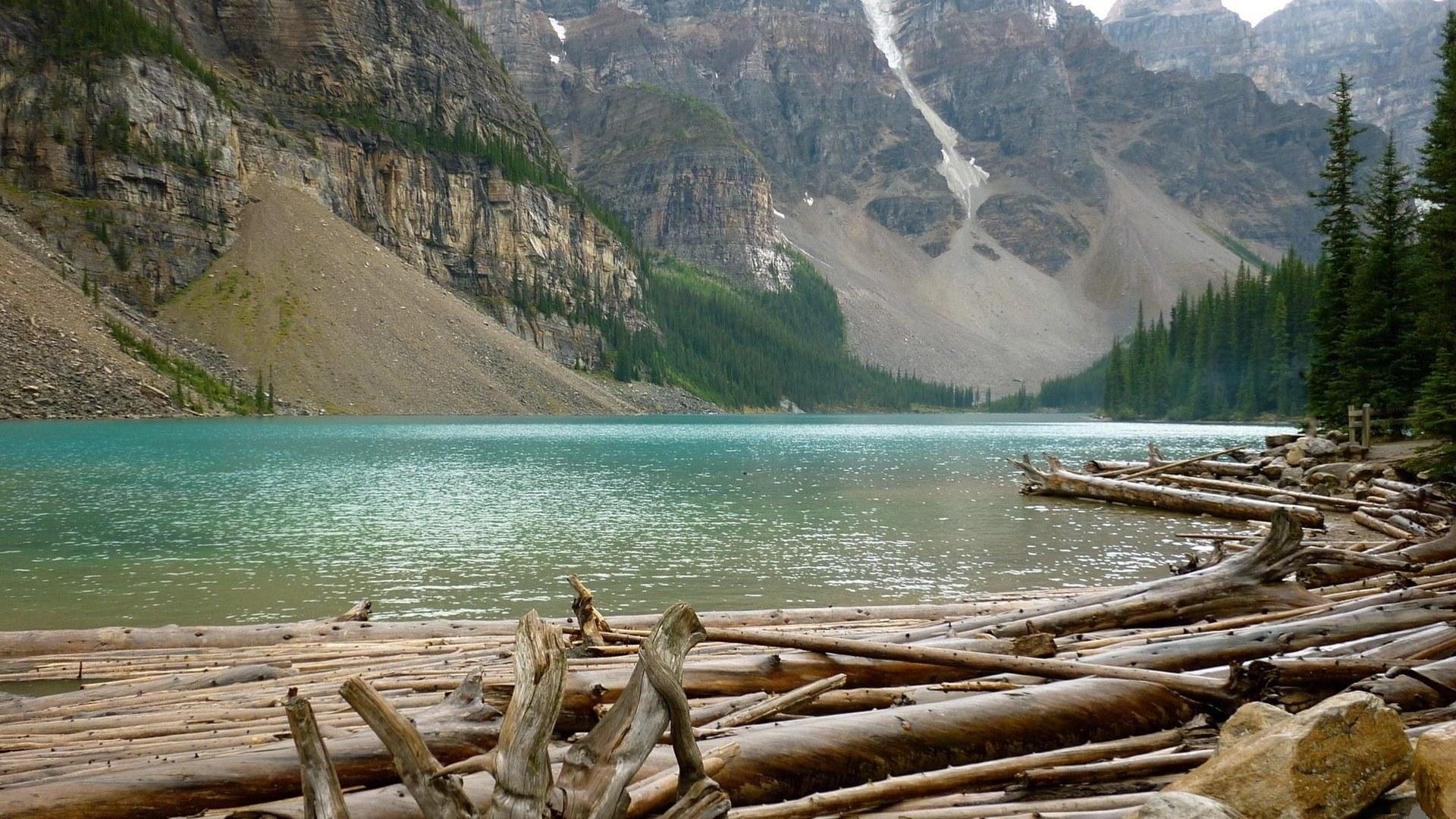 Пара на берегу горного озера  № 1609013 загрузить