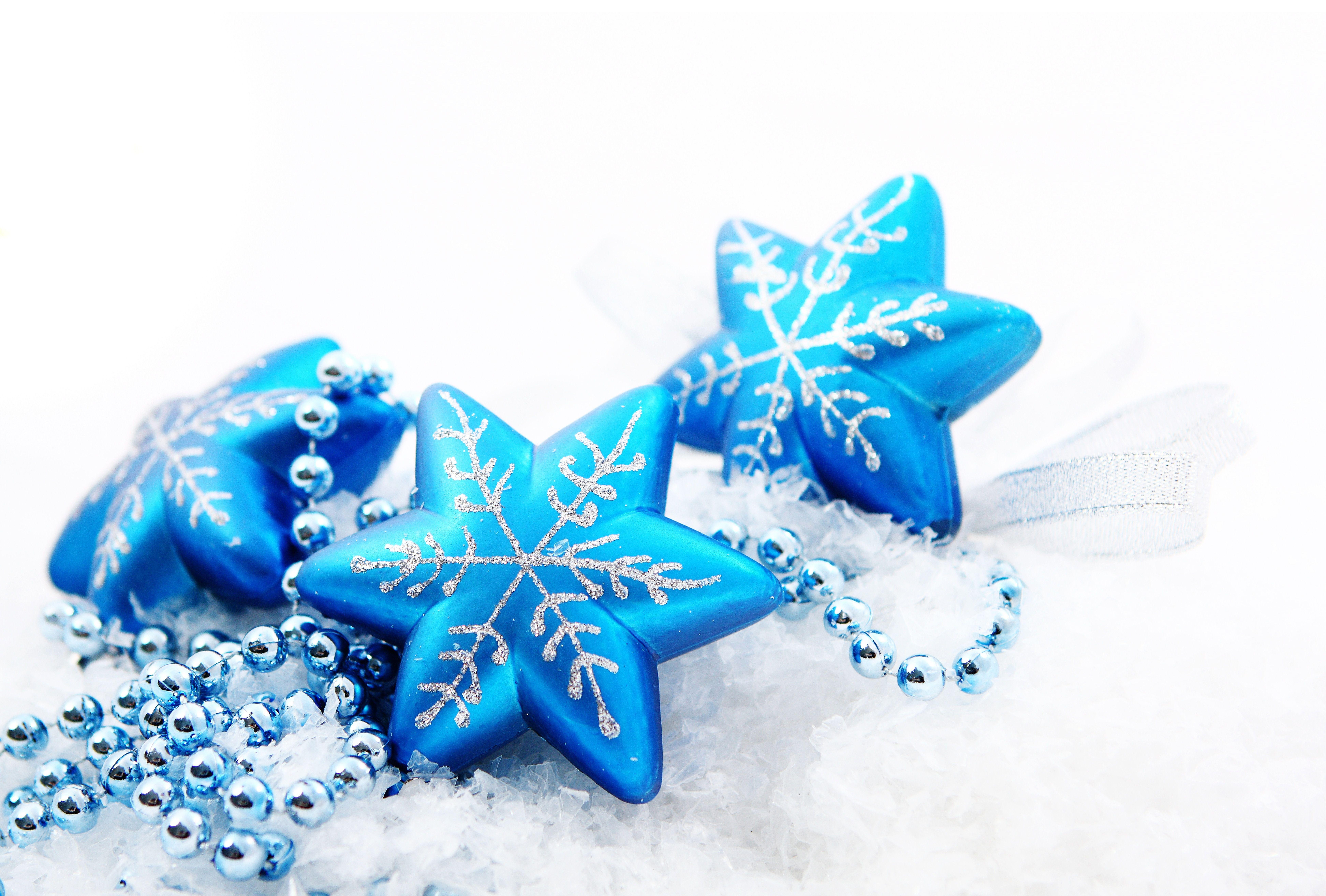 синие игрушки на белой елке бесплатно