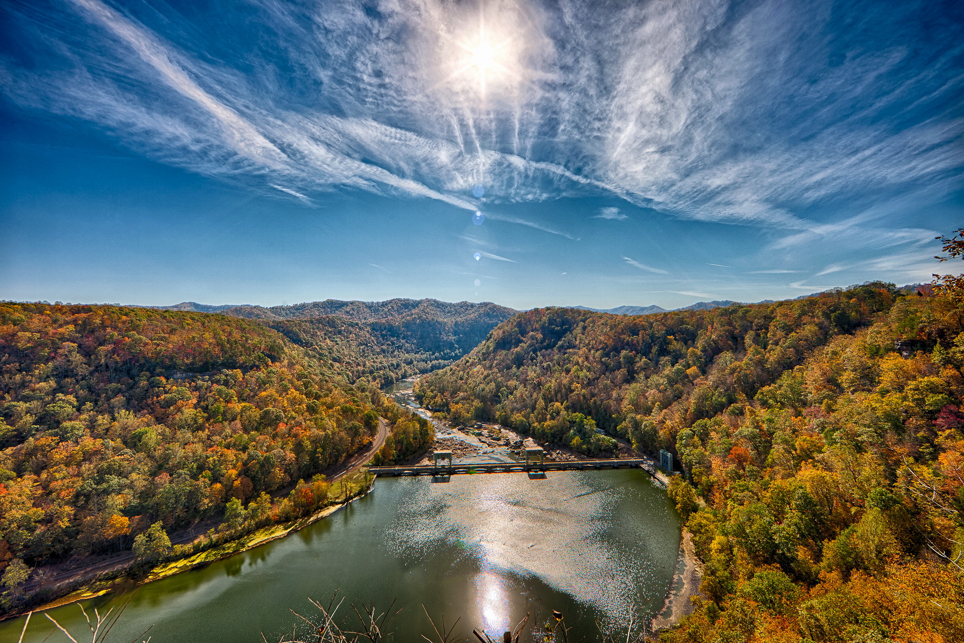 Озерцо мостик лес горы  № 2950010 загрузить