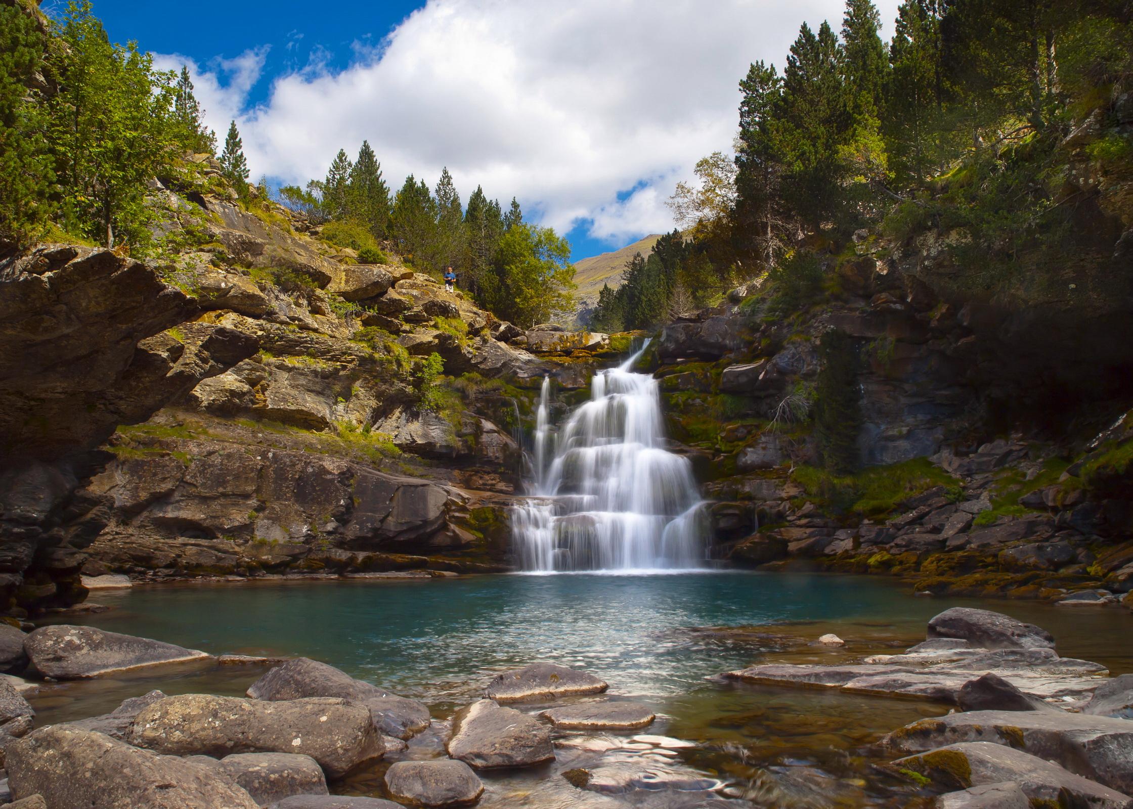 природа река деревья водопад небо облака скачать