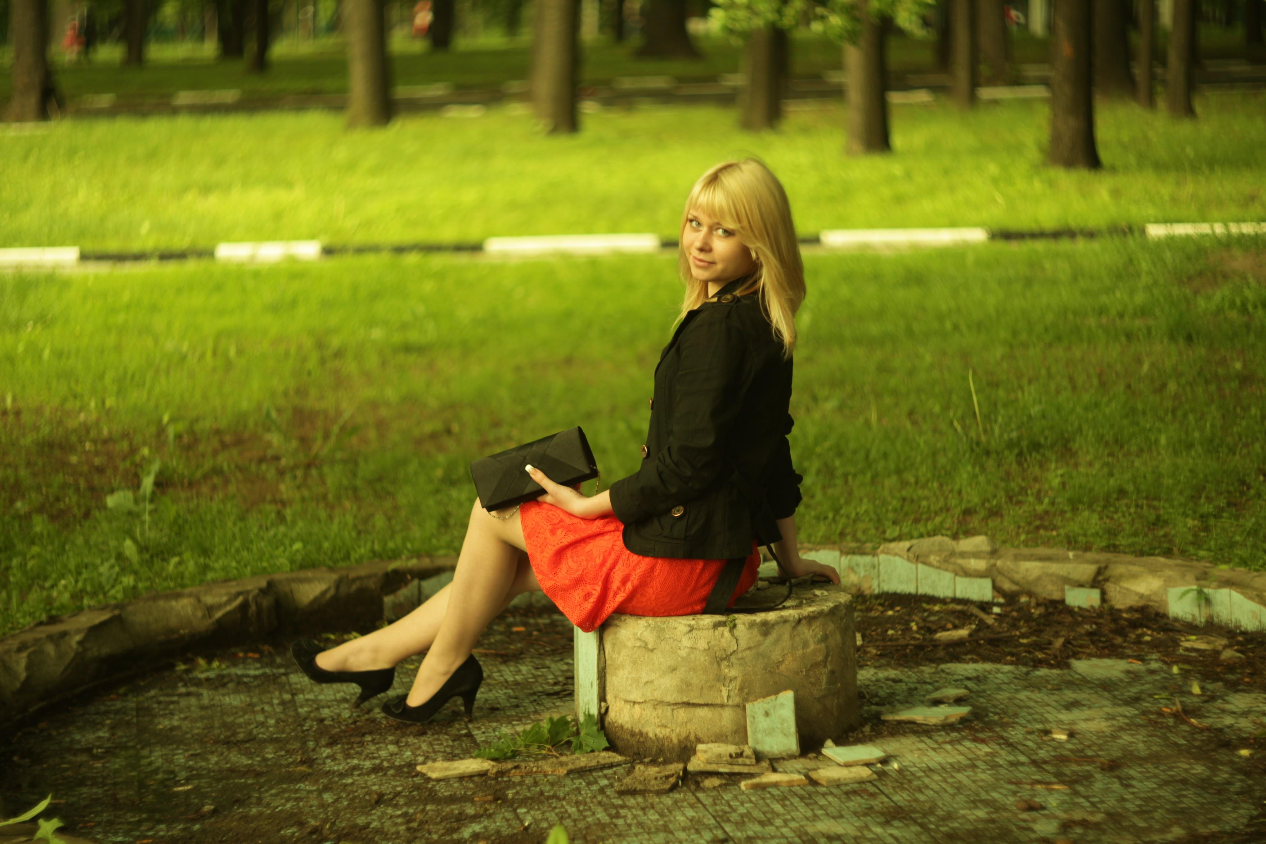 Фото девочка в юбке на корточках, Дамы на корточках без трусиков 15 фотография