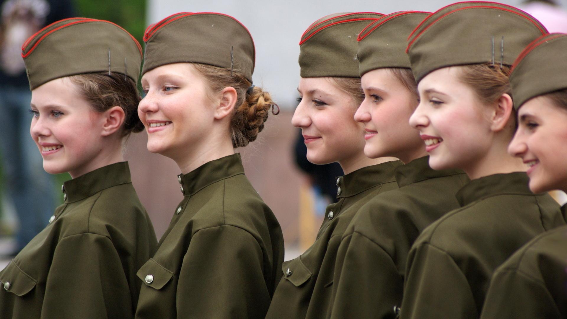 Девушки в пилотках
