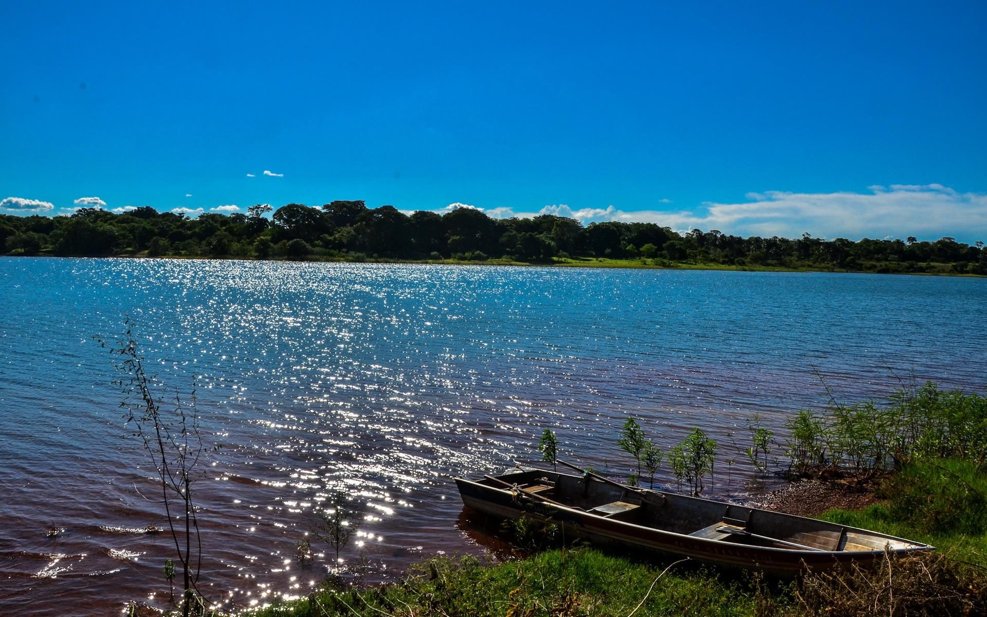 Лодка на берегу зеленого озера  № 2493059 без смс