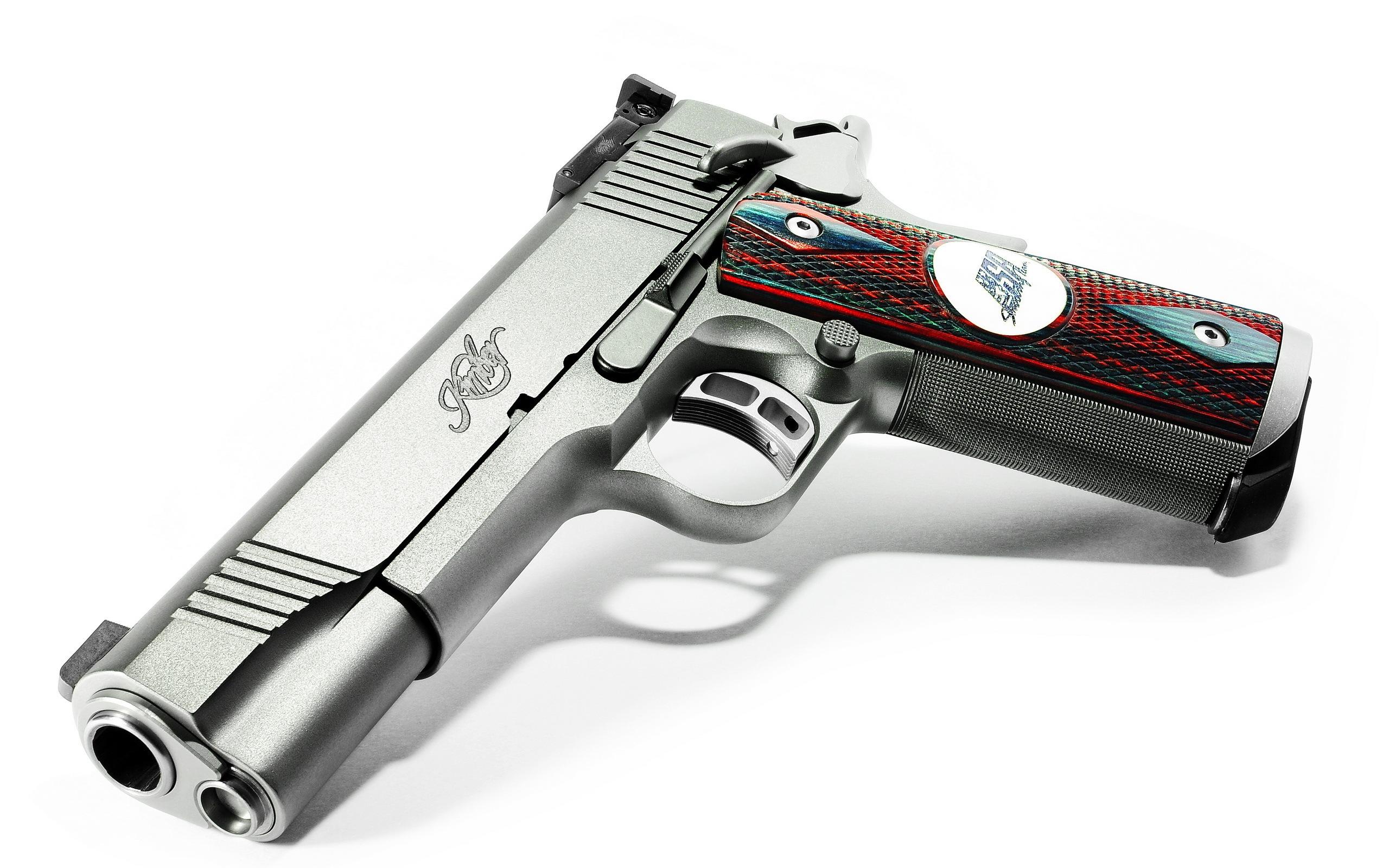 Заряженный пистолет на синем фоне без смс