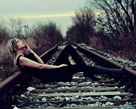 Фотографии Железные дороги Рельсах девушка