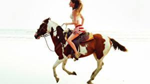 Картинки Лошади молодая женщина