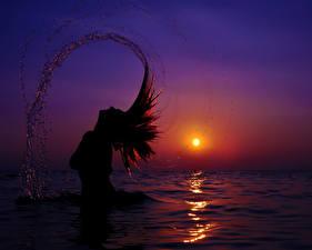 Картинка Воде Море Силуэт Солнце С брызгами Волосы Девушки