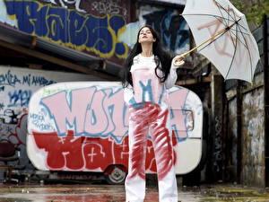 Фотографии Моника Беллуччи с зонтиком