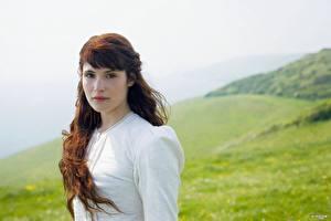 Фото Джемма Артертон в белом платье на фоне зеленых холмов