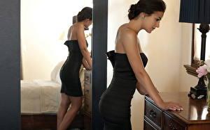 Фотографии Эммануэль Шрики у тумбочки в черном платье