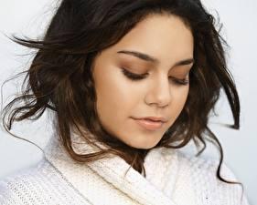 Картинки Vanessa Anne Hudgens в шерстяном белом свитере