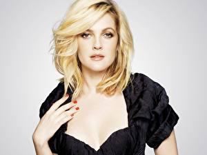 Фото Drew Barrymore в черном платье