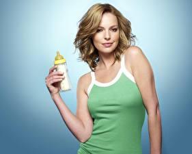 Обои для рабочего стола Кэтрин Хайгл с бутылочкой молока Знаменитости