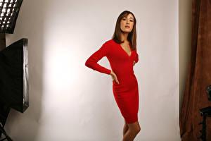 Фотографии Мэгги Кью в красном платье