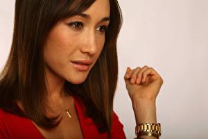Фотография Maggie Q с золотыми часами Знаменитости