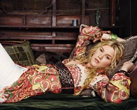 Фотография Julia Stiles в красочном платье на кровати