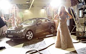 Картинки Платья молодая женщина Автомобили