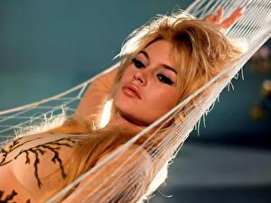 Фотография Brigitte Bardot Гамак