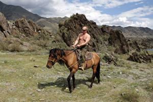 Фотография Владимир Путин Президент на коне в горах Знаменитости