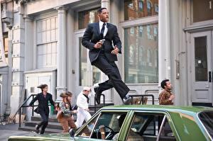 Картинка Люди в черном Люди в черном 3 бежит по авто