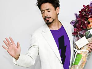 Фотографии Robert Downey Jr с цветами Знаменитости
