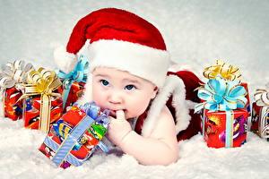 Фотографии Праздники Рождество Младенец Шапки Подарки Дети