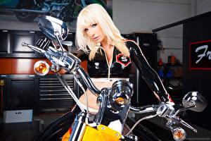 Обои Susan Wayland Смотрит В латексе Блондинка Лица девушка Мотоциклы