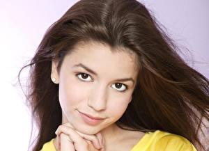 Обои для рабочего стола Masiela Lusha Глаза Смотрят Брюнетка Лицо Улыбка Волосы молодые женщины