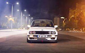 Обои для рабочего стола БМВ Белые Уличные фонари В ночи автомобиль