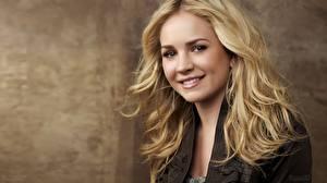 Обои для рабочего стола Brittany Robertson Взгляд Лицо Блондинка Улыбается Серьги Волосы Знаменитости