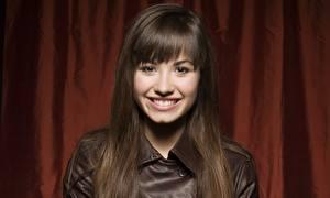 Картинка Demi Lovato Смотрят Лицо Улыбается Брюнетка Волосы Зубы