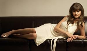 Обои Charley Webb Взгляд Платье Брюнетки Диван Знаменитости