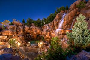 Обои Парки Водопады Камни Диснейленд Уличные фонари Ночь Калифорния Природа фото