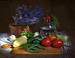 Картинка Натюрморт Овощи Сирень Перец овощной Чеснок Огурцы Помидоры Корзинка Продукты питания