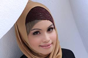 Скачать фото хиджаб. Мусульманский хиджаб владельца женщина, сидя.