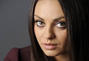 Картинка Mila Kunis Глаза Смотрит Лицо Волосы Брюнеток Носа Знаменитости Девушки