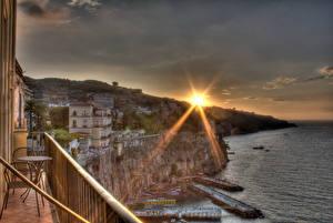 Картинки Италия Дома Небо Рассветы и закаты Побережье Сорренто Лучи света HDR Солнце Города