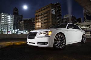 Картинка Chrysler Фары Белый Ночные 2013 300 Motown Edition Города