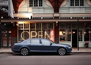 Обои Bentley Сбоку 2011 Continental Flying Spur Series автомобиль Города